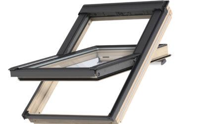 """Lakitud puidust ülalt avatav 3-kordse klaaspaketiga VELUX katuseaken """"Premium"""""""