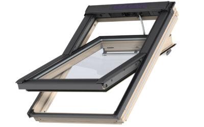 """Lakitud puidust kaugjuhitav ülalt avatav 3-kordse klaaspaketiga VELUX INTEGRA katuseaken """"Premium"""""""