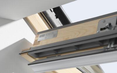 Lakitud puidust ülalt avatav 3-kordse klaaspaketiga VELUX katuseaken
