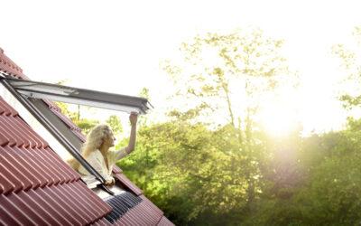 """Lakitud puidust ülalt ja alt avatav VELUX """"Premium"""" katuseaken"""