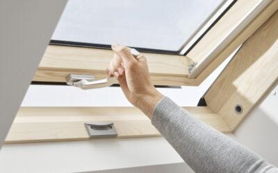 Lakitud puidust alt avatav 3-kordse klaaspaketiga VELUX katuseaken